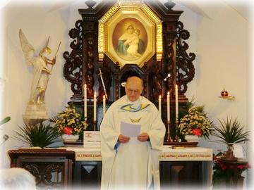 P. Peter Locher nennt am Beginn der Messe alle Anliegen