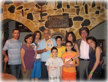 Toufic Antoine Labaki con su esposa, hijos y nietos en su casa en el Líbano