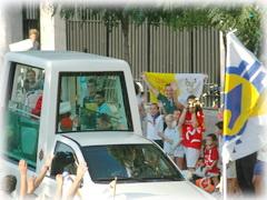Papst Benedikt fährt direkt am Heiligtum in Madrid - Serrano - vorbei (Foto: P. Andrew Pastore)