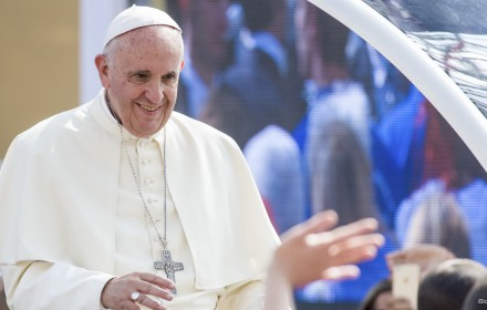 Pope-Francis-greets-000067675987_Large (1)