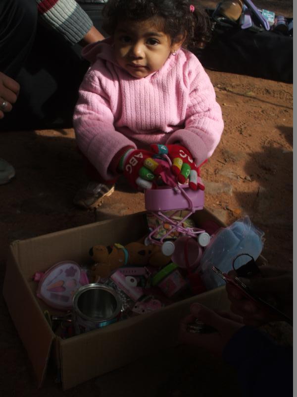 5- Feliz buscando juguetes