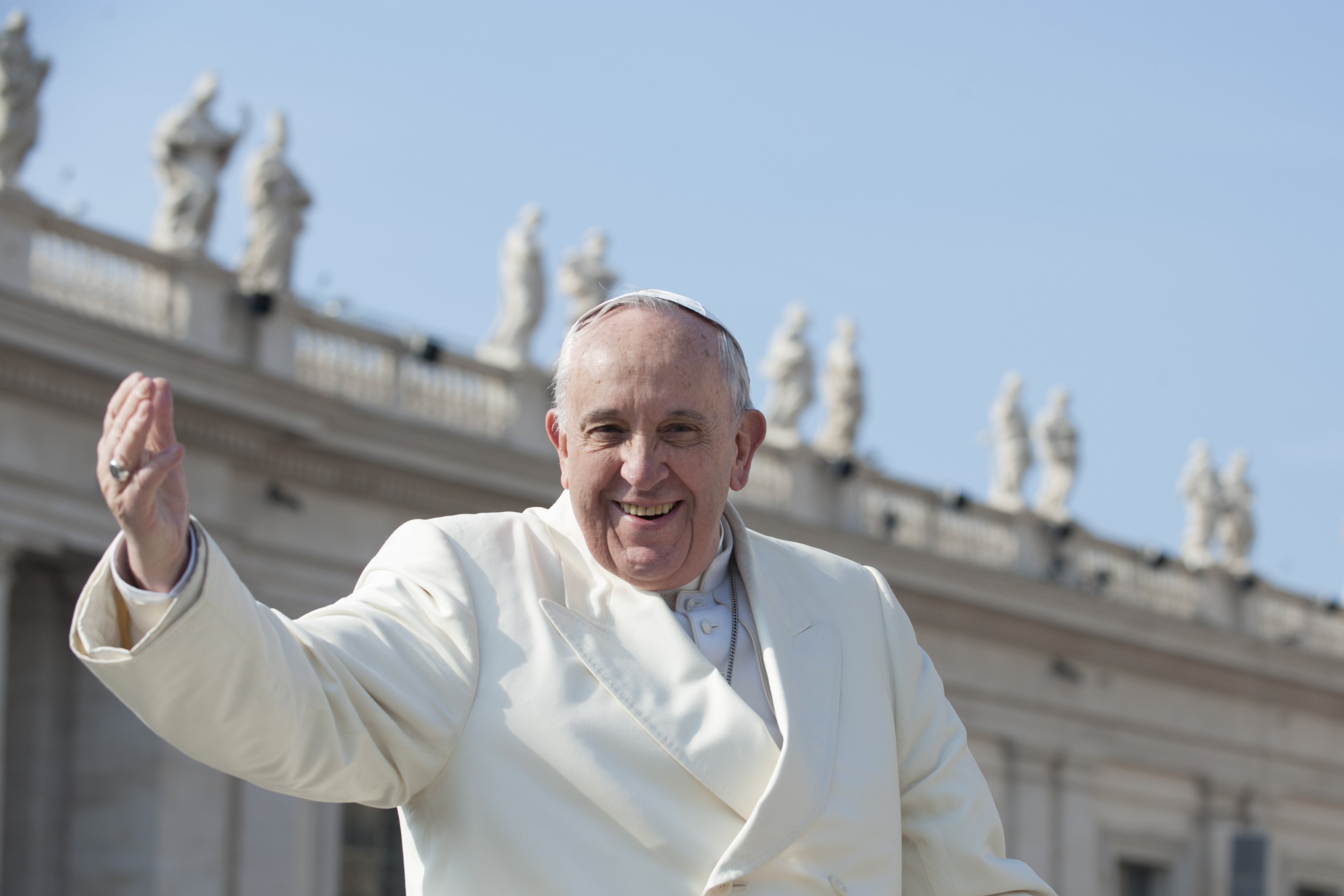 Pope-Francis-blesses-faithful-000060461948_Large