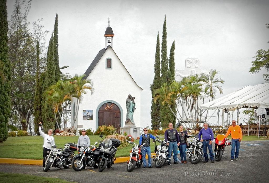 Grupo_frente_al_Santuario_de_Juana_Diaz