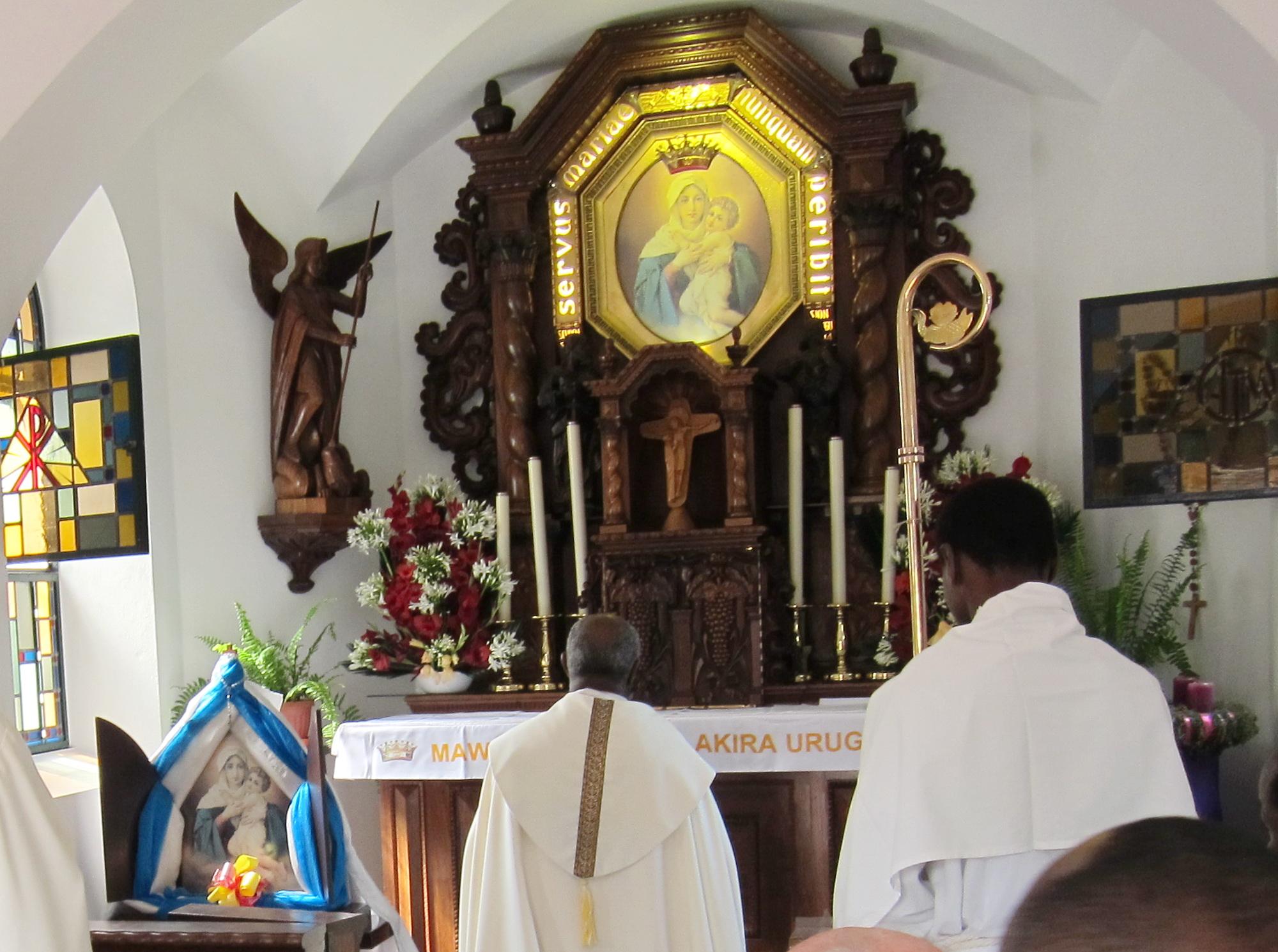 Jubile 5 Mgr Evariste se receuille au Sanctuaire