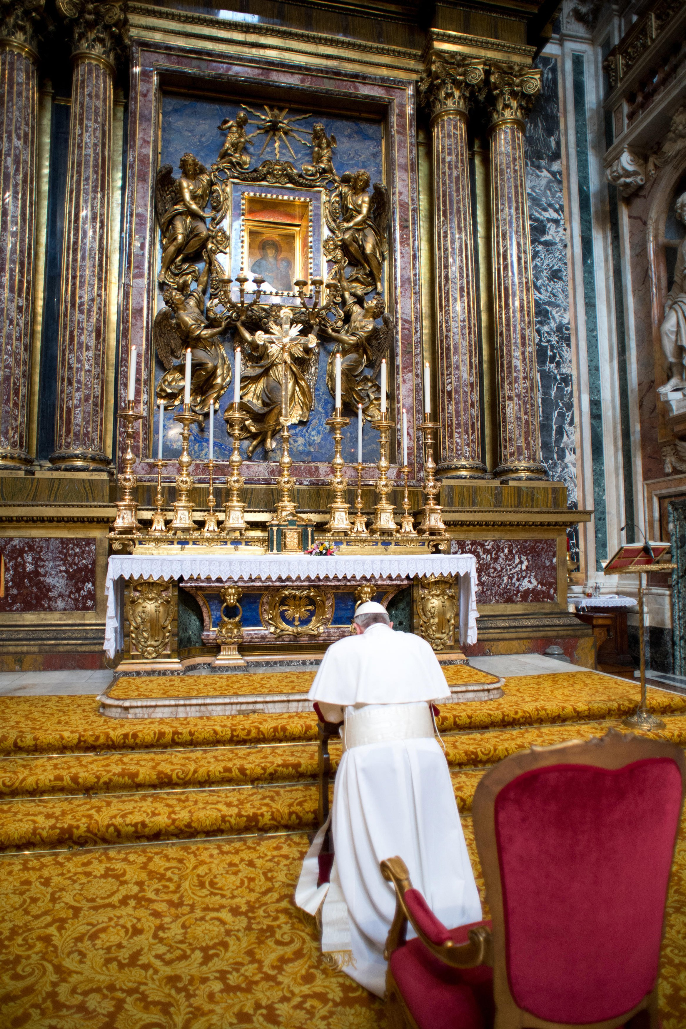 Papst Franziskus Kardinal Jorge Mario Bergoglio wurde am 13.3.2013 vom Konklave zum Papst gewählt. Bild: Papst Franziskus besuchte am 14. März 2013 die Basilika Santa Maria Maggiore in Rom. REUTERS/Osservatore Romano (ITALY - Tags: RELIGION) FOR EDITORIAL USE ONLY. NOT FOR SALE FOR MARKETING OR ADVERTISING CAMPAIGNS. THIS IMAGE HAS BEEN SUPPLIED BY A THIRD PARTY. IT IS DISTRIBUTED, EXACTLY AS RECEIVED BY REUTERS, AS A SERVICE TO CLIENTS. - RTR3EZ1X