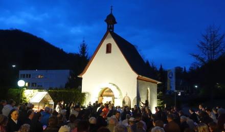 Viele Pilger umstehen das Urheiligtum. Sie treten durch die Heilige Pforte ein. k
