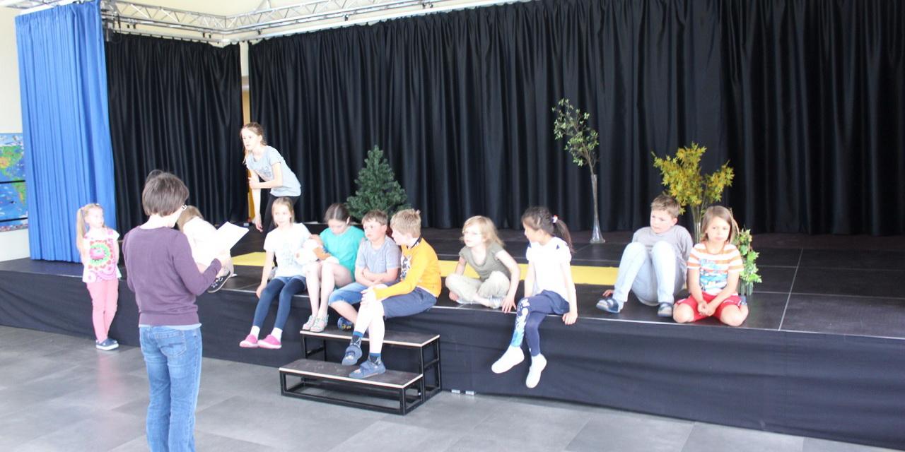 Un escenario para los ni os del colegio josef kentenich - Poco kempten ...