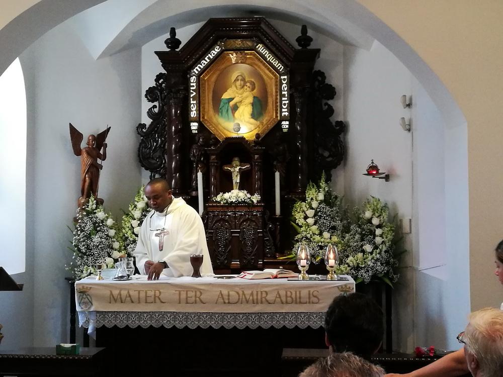 Santa Misa después del Rosario de la Aurora. Celebrante: P. Reginald, Nigeria