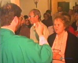 Beby Asencio recibiendo la Comunión de su hijo P. Martin Gomez