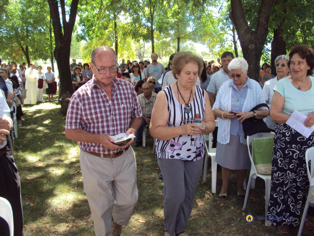 Beby y Hugo Gomez llevando ofrendas en la Fiesta de Sion