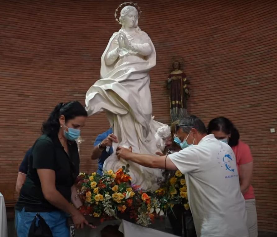 Santi Bustillo guiando a los portadores de la Virgen - Captura de YouTube