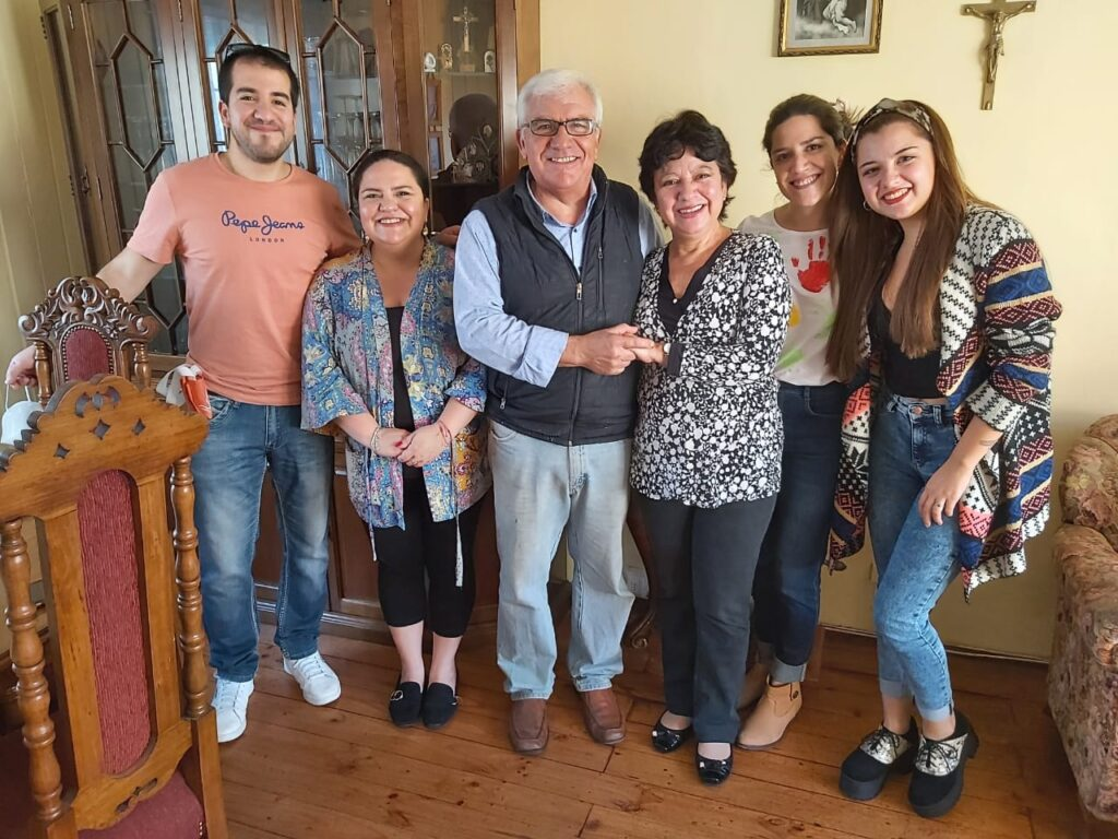 La familia de Juan: Su esposa María Elena, con sus hijos María Elena, María Gabriela, María José y Juan Francisco.
