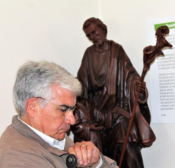 Juan en el Santuario, junto a la imagen de su querido San José.
