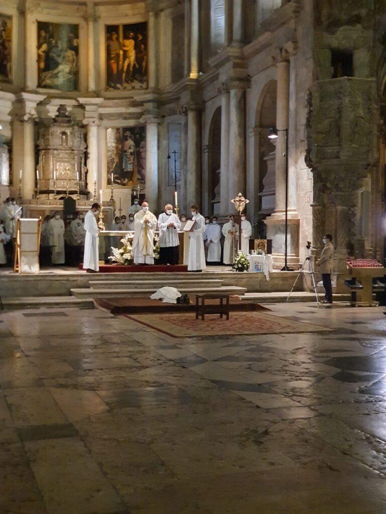 Rito de ordenación. Pedro postrado mientras se cantan las letanías (© Schoenstatt Lisboa).